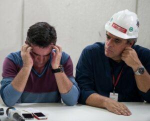 Andrés Sanchez, de cabeça baixa e demonstrando preocupação, ao lado de engenheiro da Odebrecht
