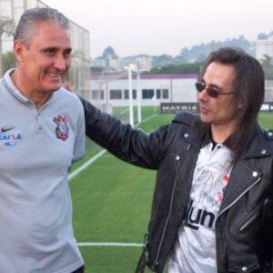 Corinthiano, músico André Matos visitou o CT do Corinthians e conheceu Tite.