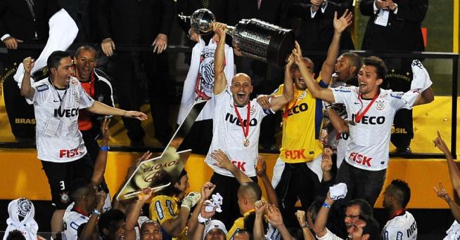 Alessandro levanta a taça da Libertadores da América à frente de seus companheiros do Corinthians e da Fiel Torcida que lotou o Pacaembu em 04 de julho de 2012.
