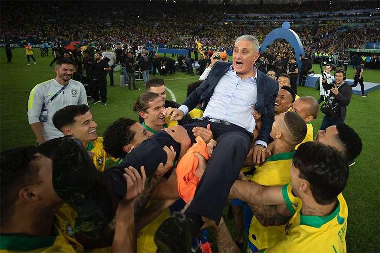 Tite é carregado pelos jogadores da Seleção Brasileira no Maracanã lotado após a conquista da Copa América 2019