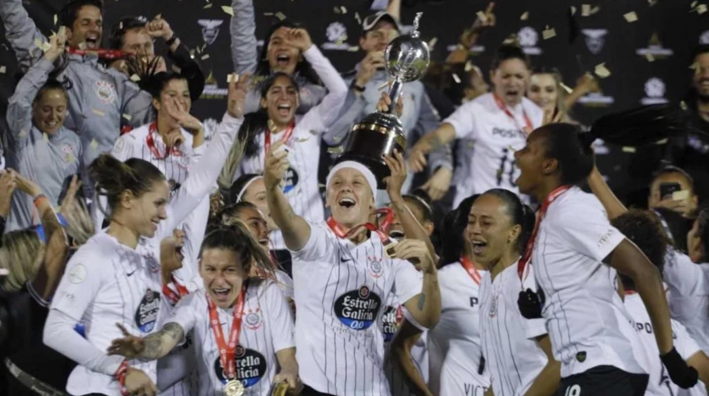Jogadoras do Corinthians comemoram o título invicto da Libertadores da América Feminina 2019. Foto: Corinthians.